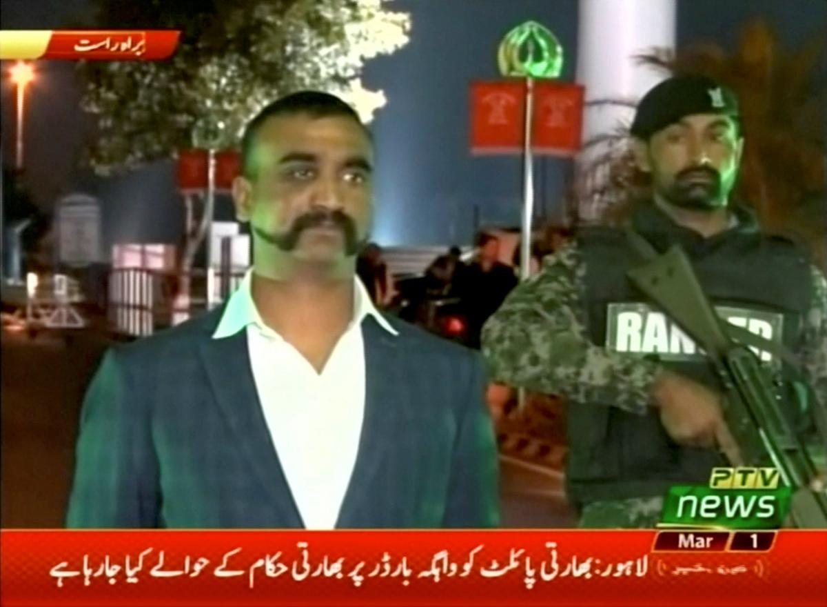 Пакистан освободил захваченного после авиаударов индийского пилота / REUTERS