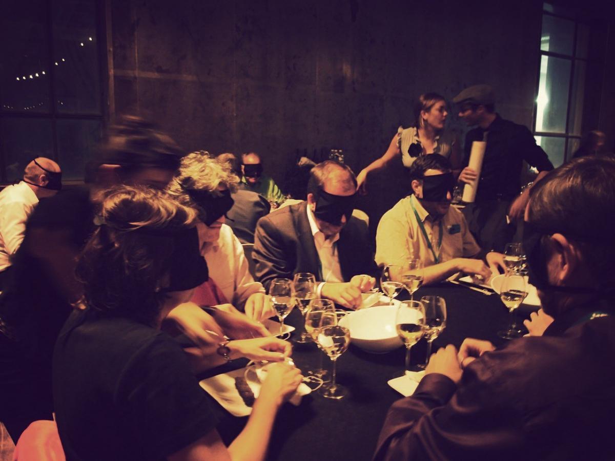 Ужин в темноте / Фото google.com