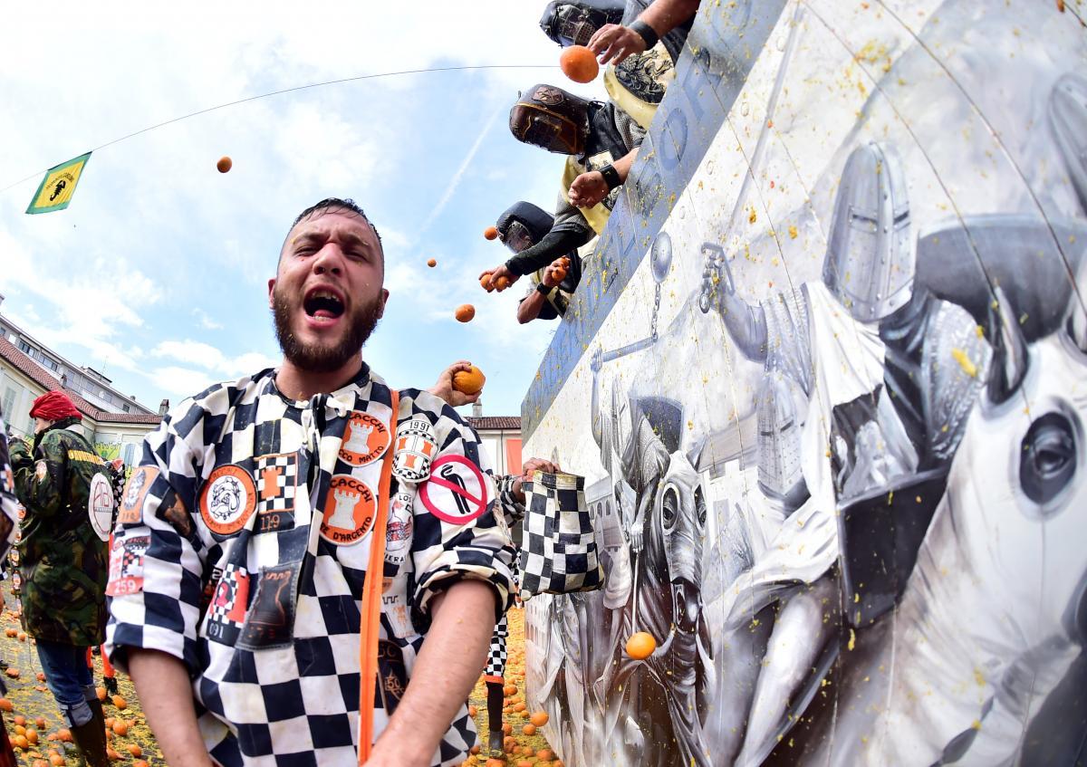 Бой апельсинами в Италии / REUTERS
