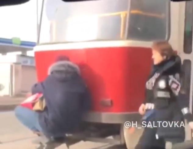 В Харькове кондуктор трамвая унизила зацепера / Скриншот, Facebook -  ХС • Харьков