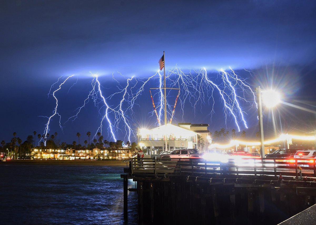 Молнии в Калифорнии / REUTERS