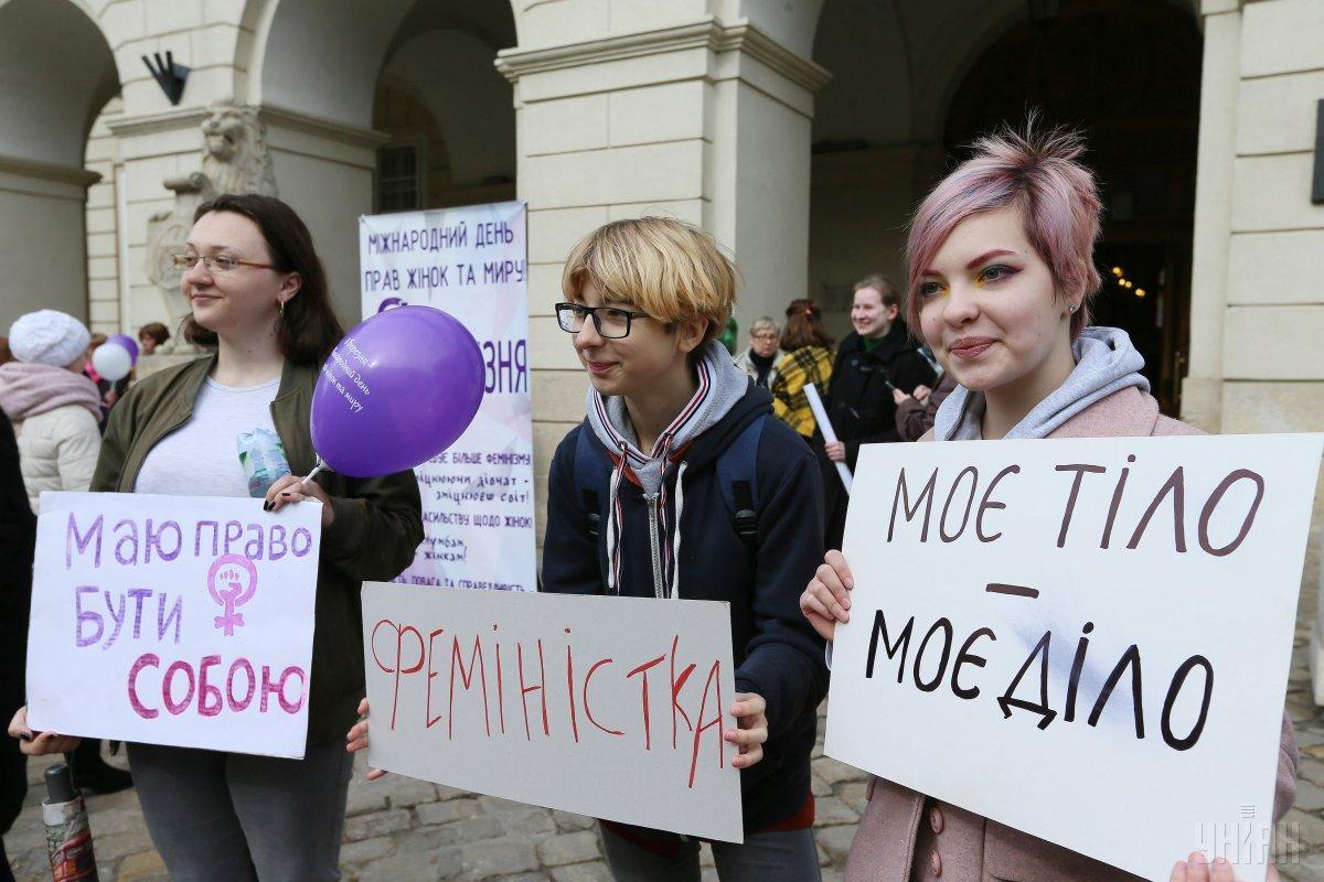Участники акции держали плакаты с надписями: «Любимый – выйди в декрет», «Мое тело – мое дело»/ УНИАН