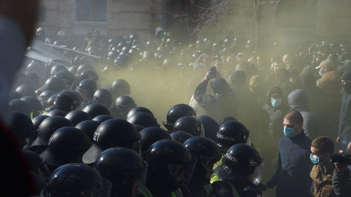Під АП сталися сутички між націоналістами та правоохоронцями / фото facebook.com/NatCorpsUA