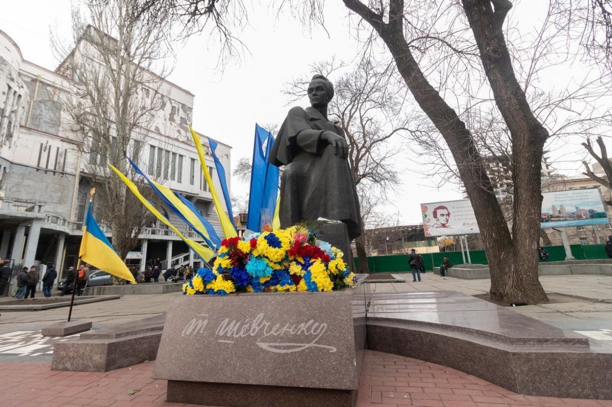 До монумента поклали квіти \ dniprorada.gov.ua