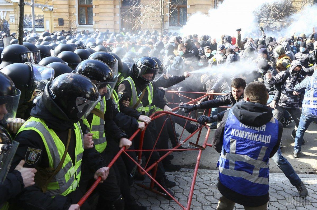 В результате столкновений в Черкассах пострадали 22 правоохранителя/ фото УНИАН