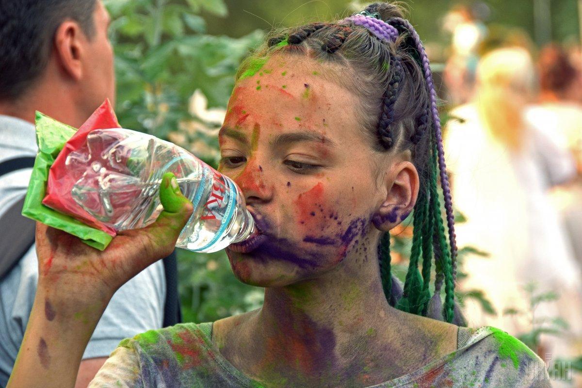 Важно взять себе в привычку всегда иметь с собой бутылку с питьевой водой / фото УНИАН
