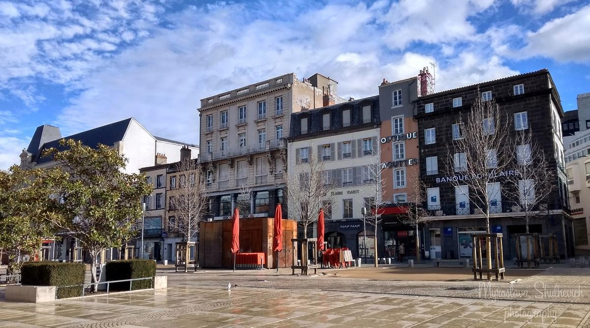 Будинки у французьких містах вирізняютьсявисокими вікнами / фото Myroslava Shulhevich