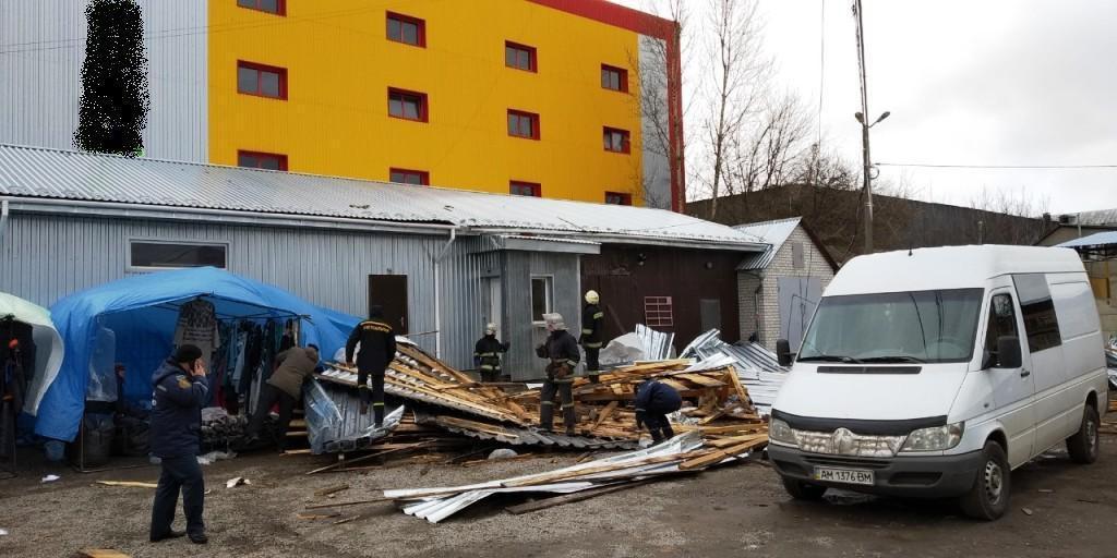 Рятували дістали з-під уламків покрівлі обох жінок / Фото ДСНС в Житомирській області
