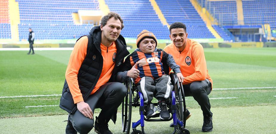 Шахтар допоміг вболівальнику і придбав інвалідний візок / shakhtar.com