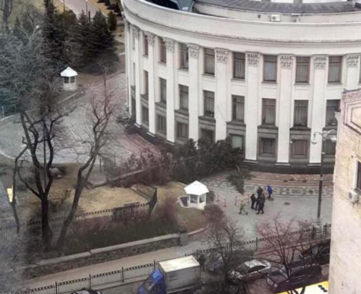 Під Радою дерево заблокувало улюблений виїзд Парубія / LB.ua