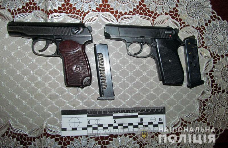 Вдома у зловмисника вилучено травматичний пістолет та бойовий пістолет Макарова / фото прес-служба поліції Донецької області