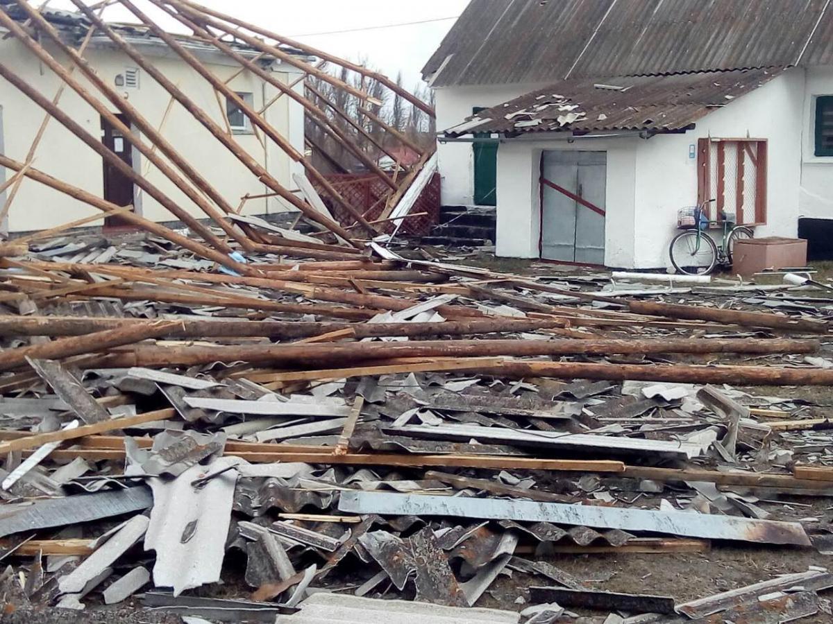 Уничтожена крыша из шифера и само перекрытиеобщей площадью 545 кв. м. / фото УНИАН