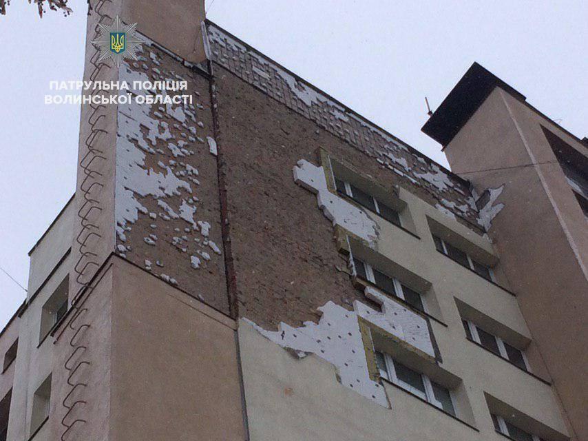 В Луцке из-за урагана в центре города обвалился фасад дома / фото facebook.com/lutskpolice
