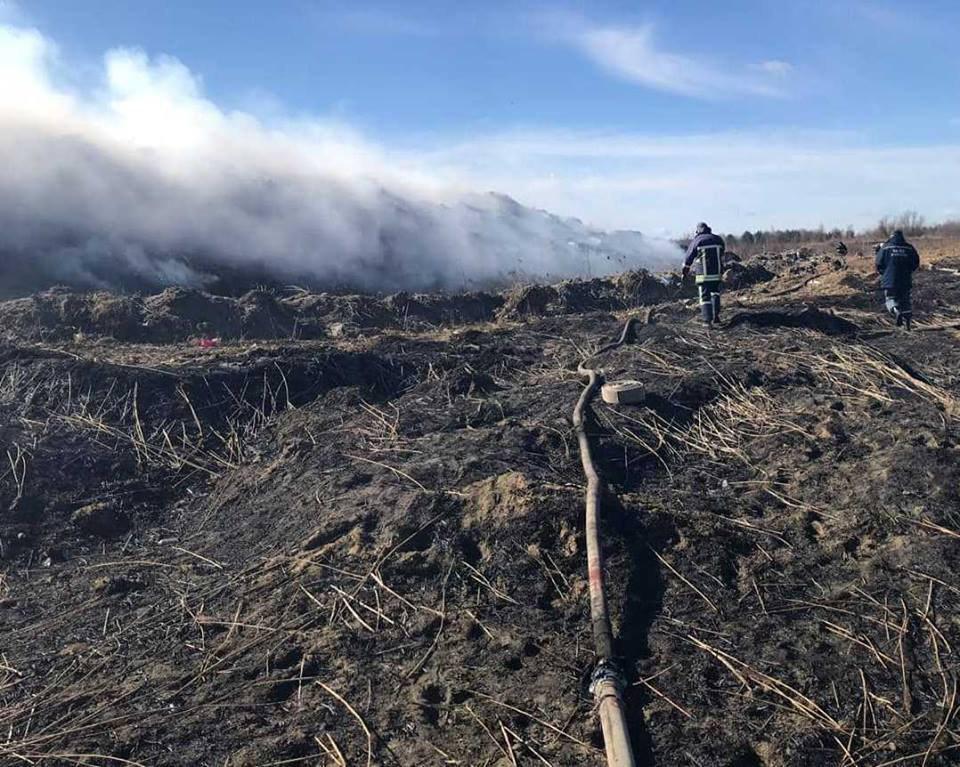 Станом на 12 березня, залишилось ліквідувати пожежу орієнтовно на площі 1,5 тис. кв.м \ Фото ГУ ДСНС у Львівській області