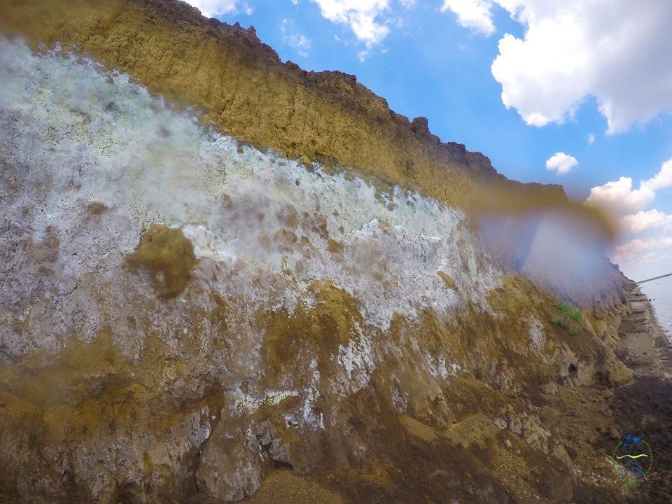 Волны лимана Шаганы интенсивно вымывают пропитанный химикатами глиняный склон / фото facebook.com/rusevivan