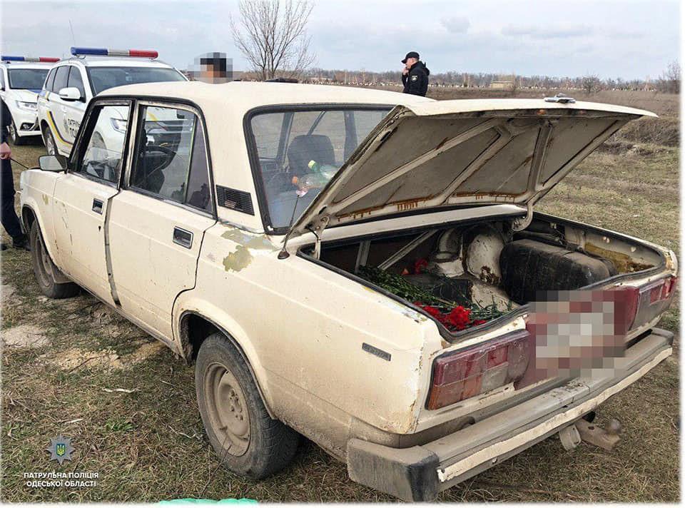 Задержанные развлекались на территории кладбища, стреляя по могилам / фото пресс-служба патрульной полиции области