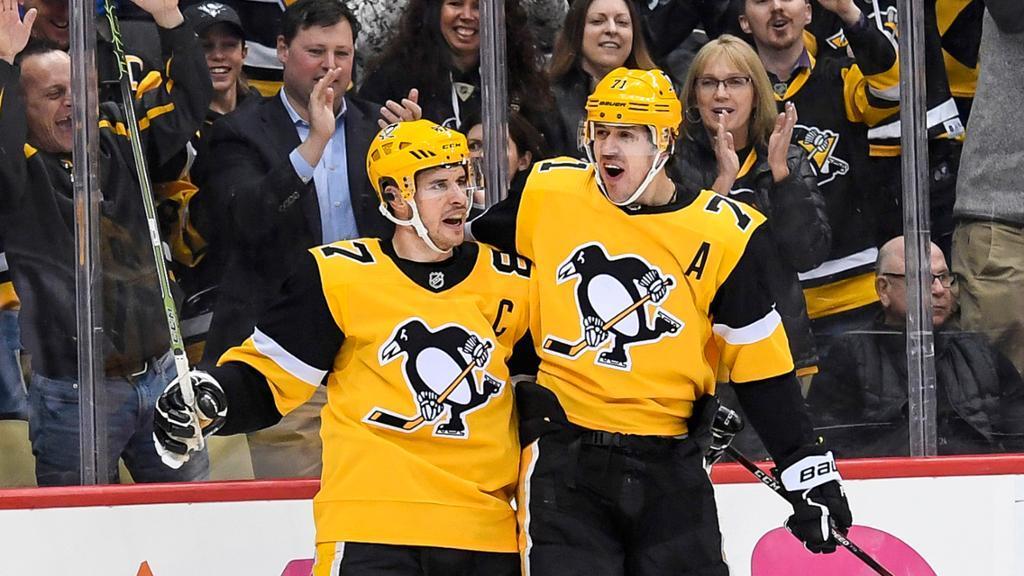 Малкин справа стал пятым россиянином, которому удалось набрать 1000 очков в НХЛ / nhl.com
