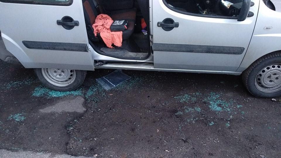Злоумышленники забрали из автомобиля магнитолу и старые аудиоколонки / фото УНИАН