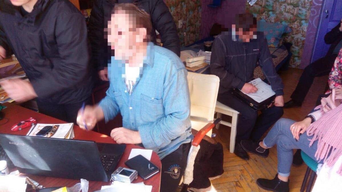 """Матеріали """"письменник"""" розповсюджував на російських інтернет-ресурсах/ фото: прес-служба СБУ"""