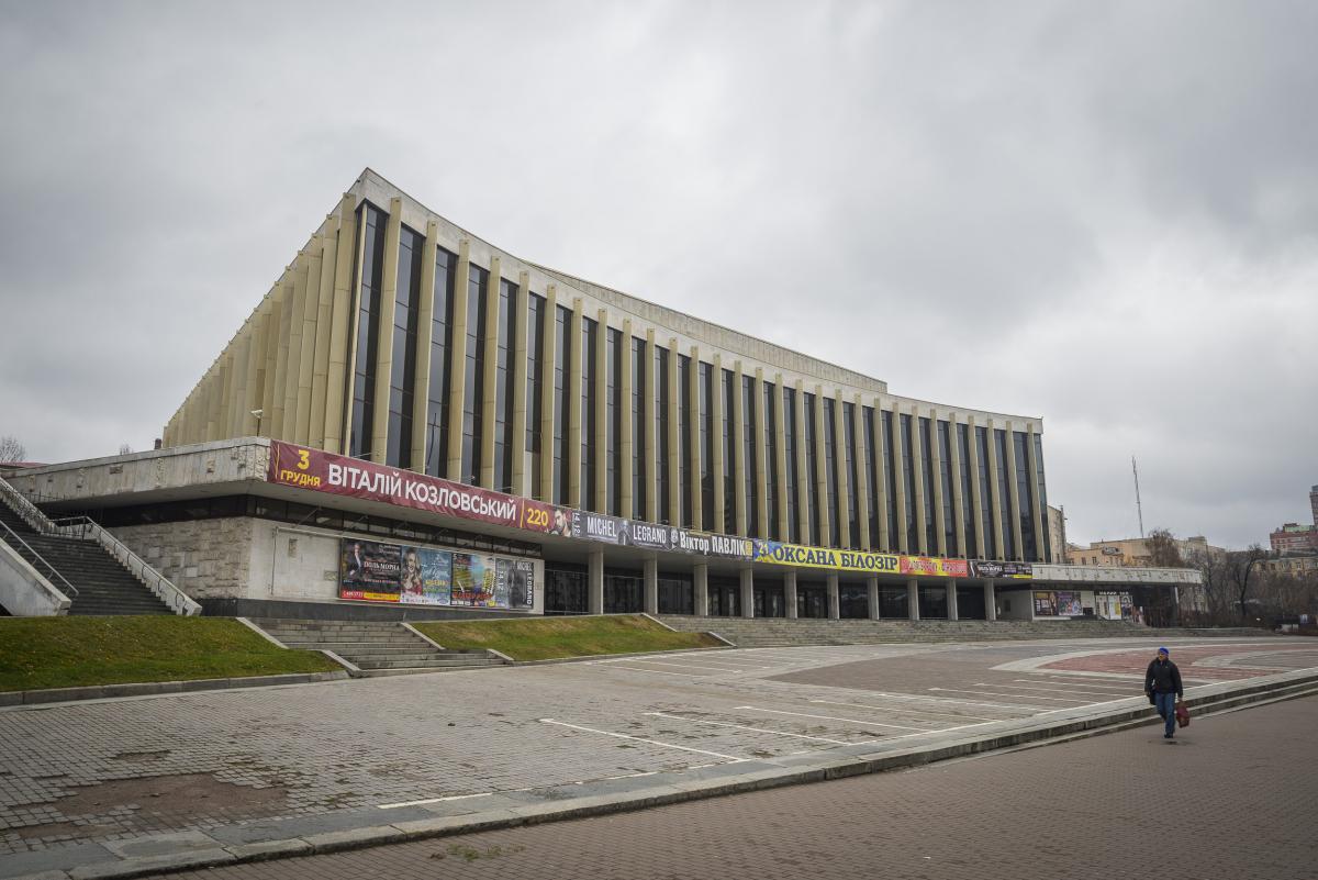 """У Києві """"замінували"""" палац """"Україна"""" / фото wikipedia.org"""