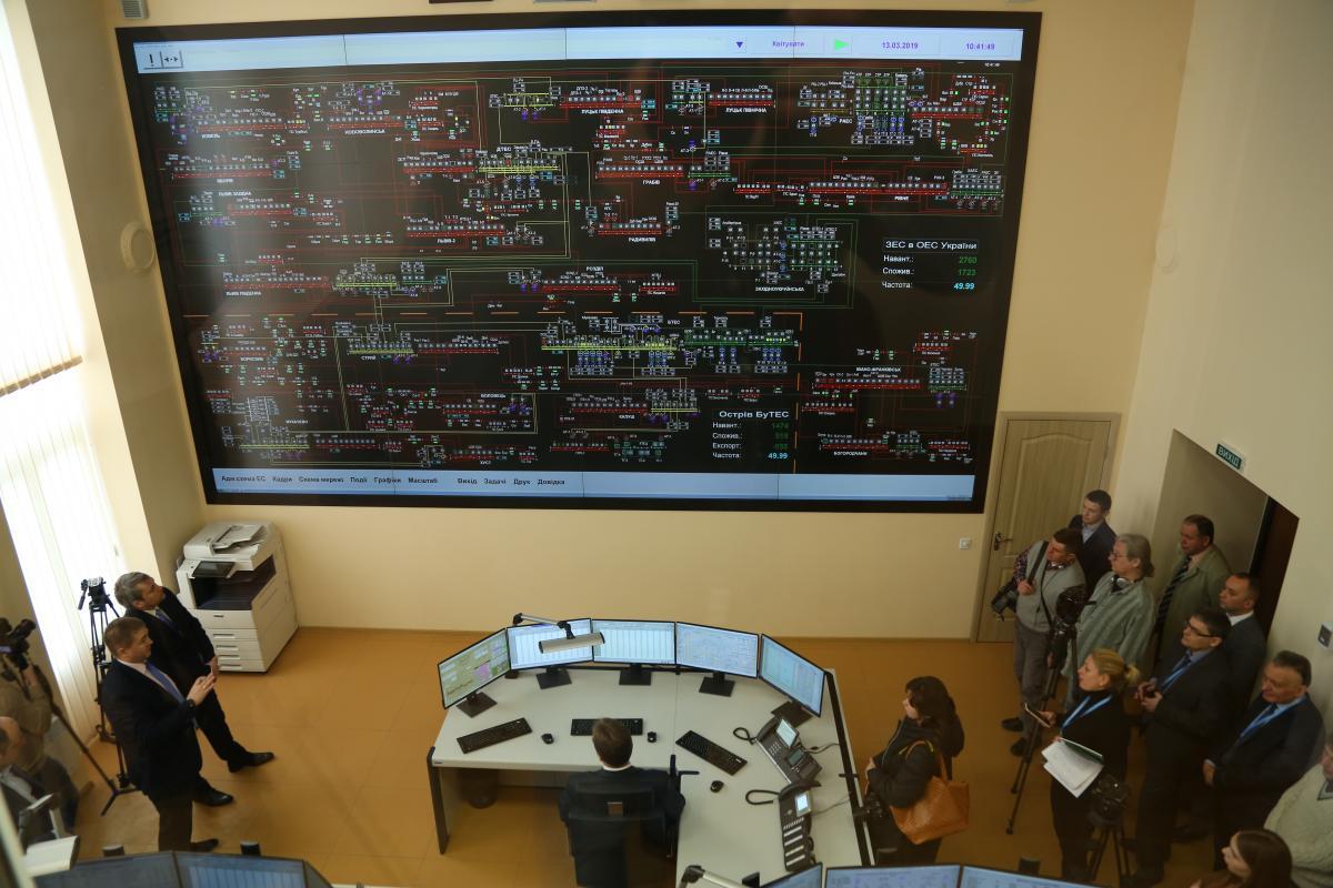 Новый щит диагональю 7,2 метра круглосуточно передает данные об оборудованииЗападной энергосистемы