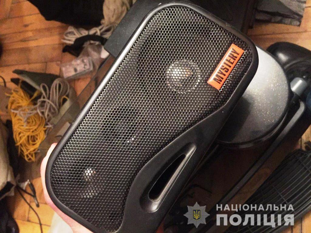 Из авто украли магнитолу и музыкальные колонки / фото ГУНП в Запорожской области
