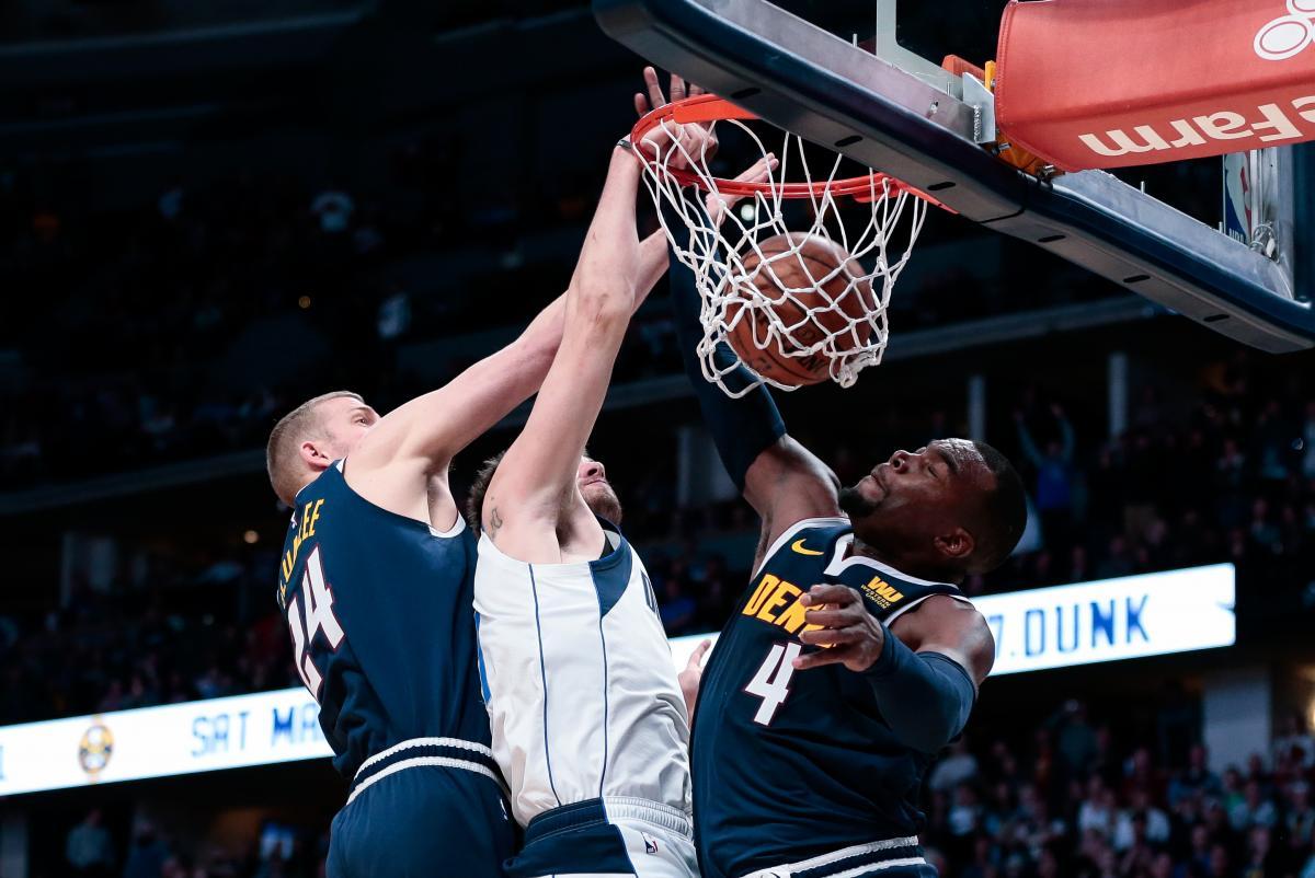 Миллсэп (справа) набрал 33 очка в матче Денвера против Далласа в регулярном чемпионате НБА / Reuters