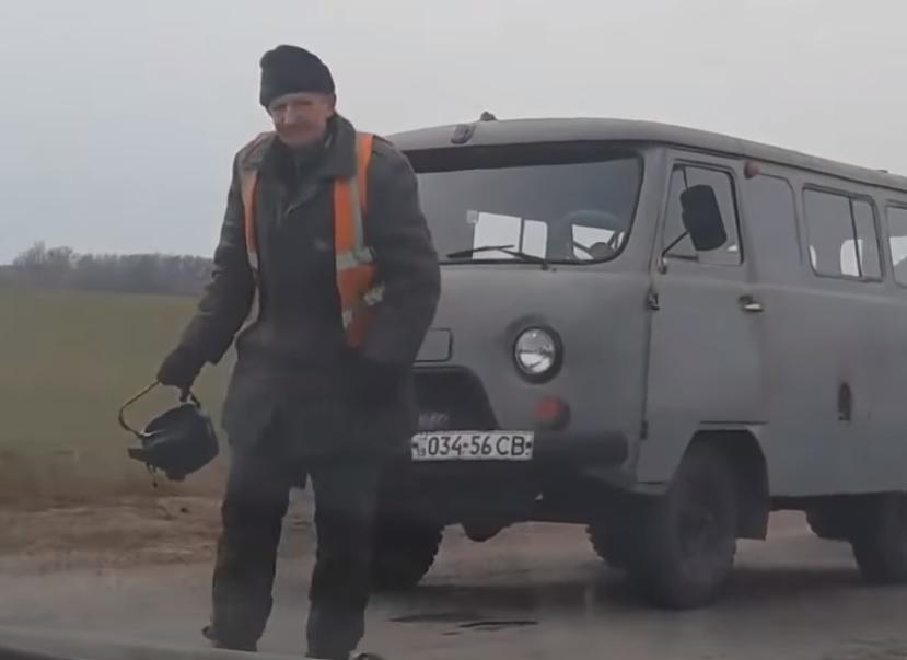 На Сумщині вигадали нетрадиційний спосіб ремонту доріг/ Скріншот - Youtube, Виктория Мирошниченко