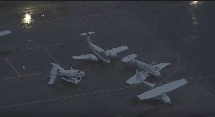 В аэропорту Техаса ветром опрокинуло несколько частных самолётов / фото: полиция штата