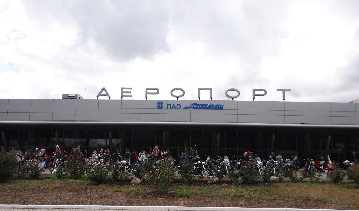"""Порошенко поставив завдання вивчити питання відновлення роботи аеропорту """"Маріуполь"""" / фото uk.wikipedia.org"""