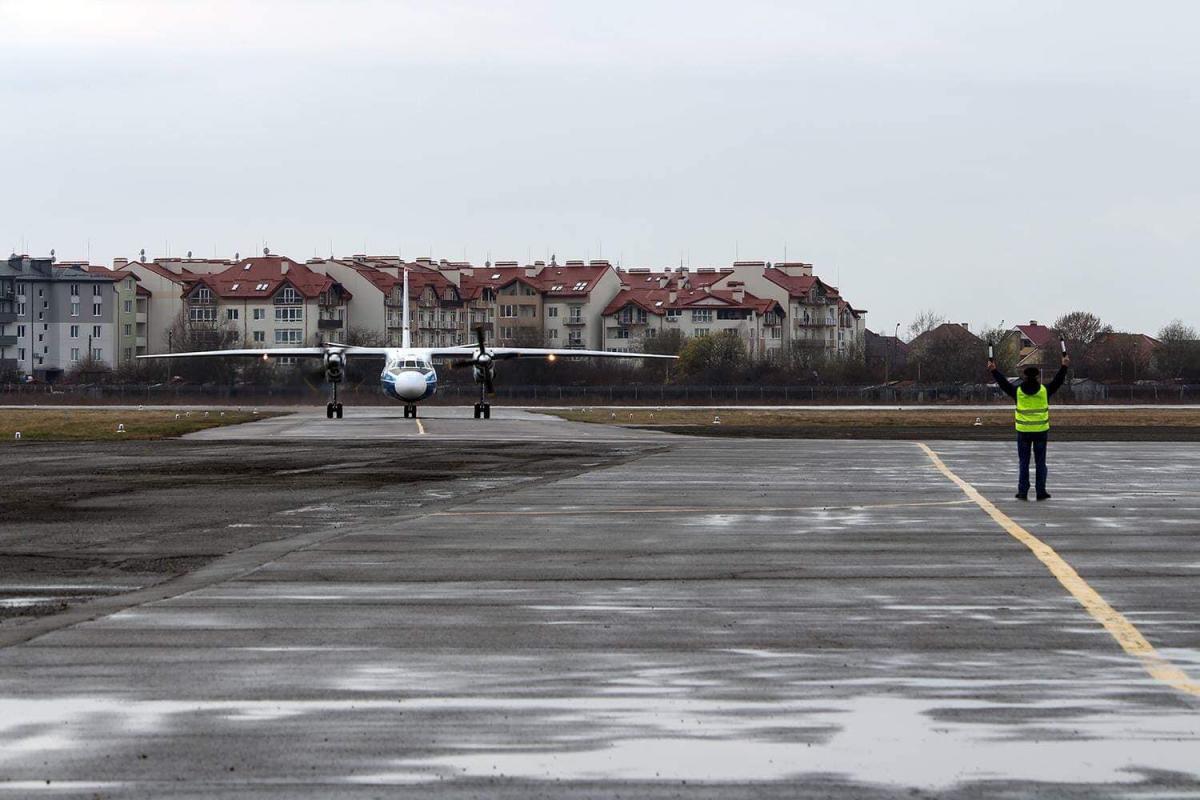 """Аэропорт """"Ужгород"""" принял первый регулярный рейс с 2016 года / фото facebook/volodymyr.omelyan"""