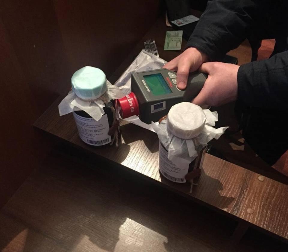 """У Києві затримано чотирьох зловмисників, які намагалися продати 2 літри """"червоної ртуті"""" за 250 тис. євро / Фото: kyiv.gp.gov.ua"""