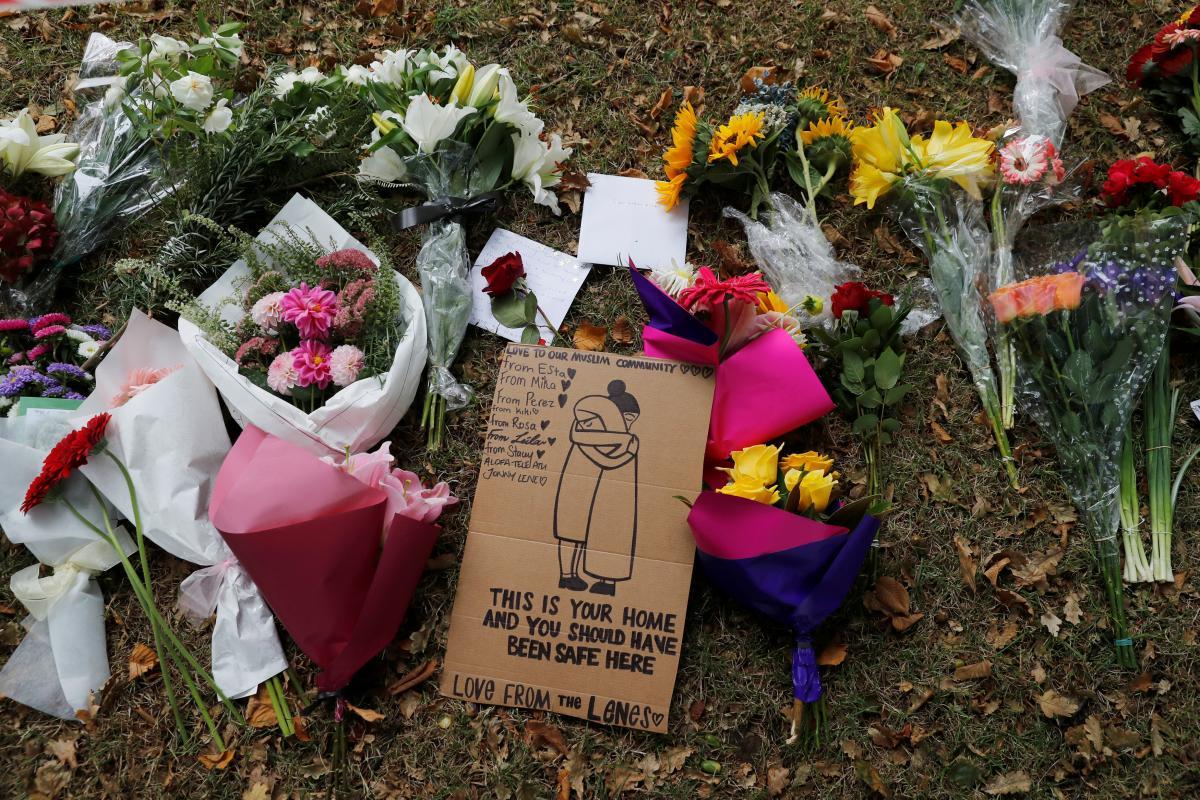 Цветы, возложенные в память о погибших в результате теракта в Новой Зеландии / фото REUTERS