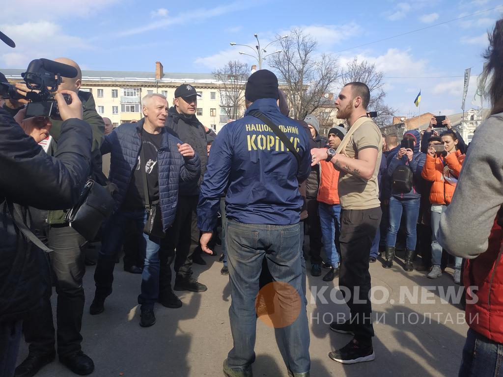 """На площі представники Нацкорпуса проводили акцію """"Свинарчуков за ґрати"""" / фото kolo.news"""