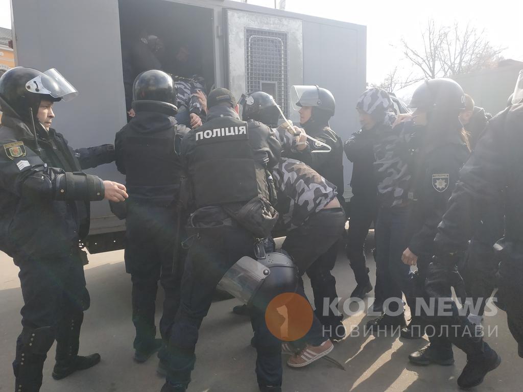 Поліція в Полтаві затримала активістівперед мітингом Порошенка / фото kolo.news