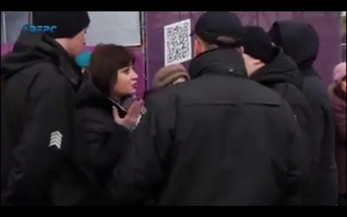 Жінку з бейджем журналіста на шиї силою вивели з площі \ Аверс