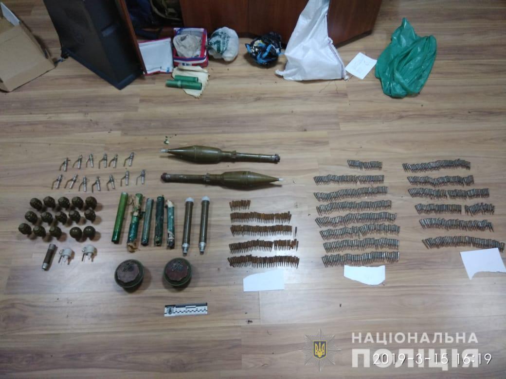 Під час обшуку слідчі вилучили боєприпаси та вибухівку / фото hk.npu.gov.ua