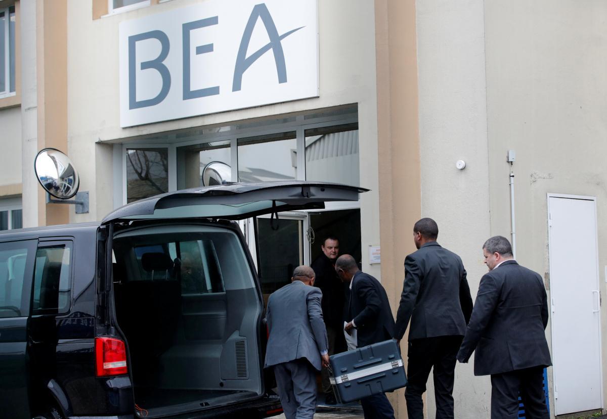 Кейс с бортовыми самописцами разбившегося самолета привезли для расшифровки вBEA / REUTERS