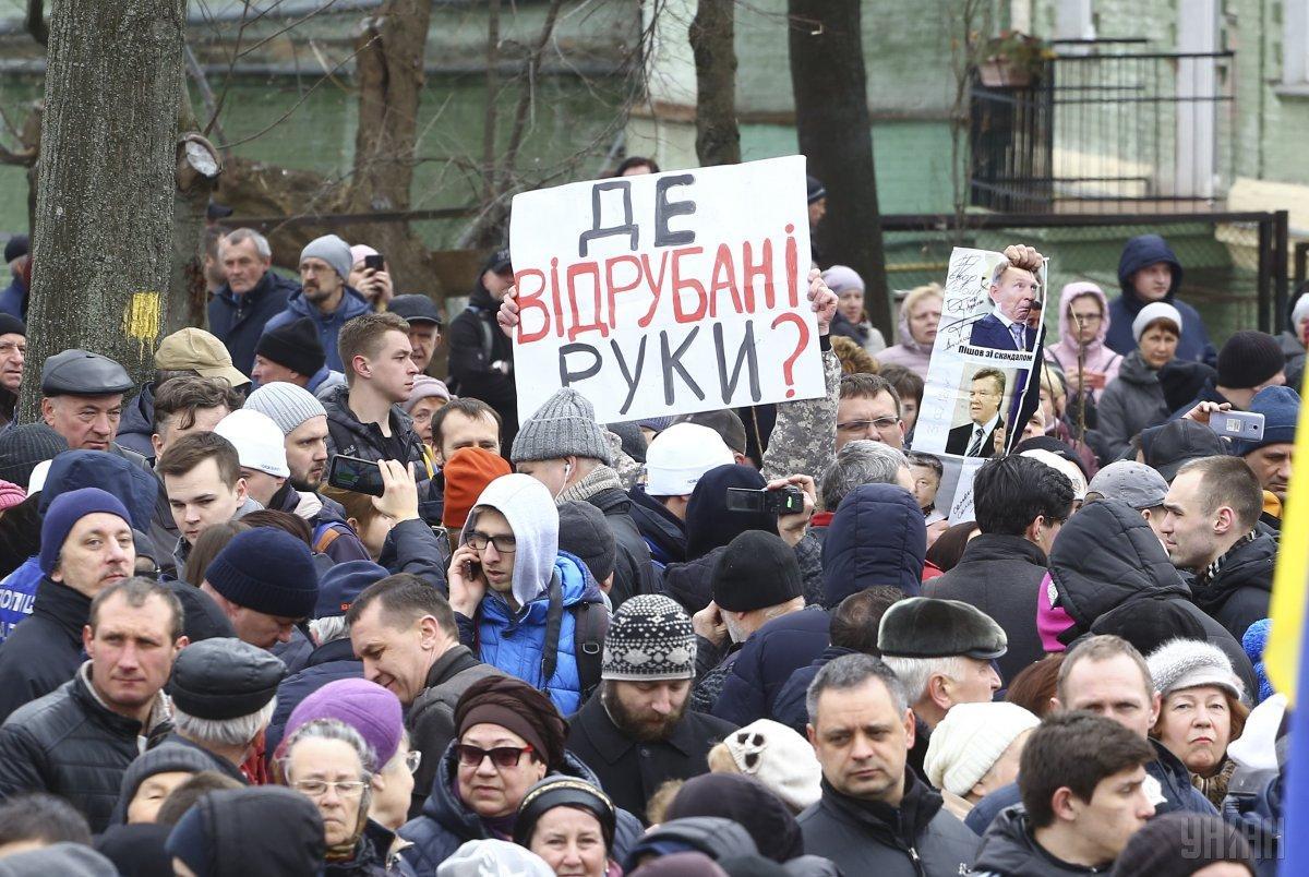 Противники и сторонники Порошенко устроили стычку на Михайловской площади / УНИАН