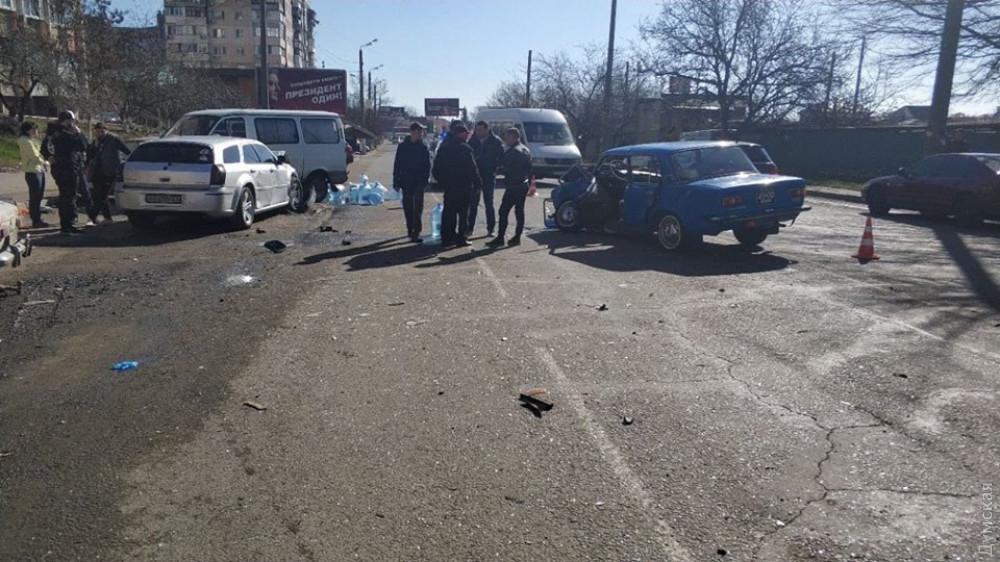 """Водій """"Жигулів"""" хотів заїхати на парковку через подвійну суцільну / фото dumskaya.net"""