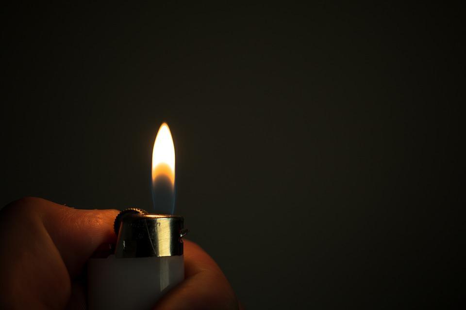 Ребенок играл с зажигалкой / Pixabay