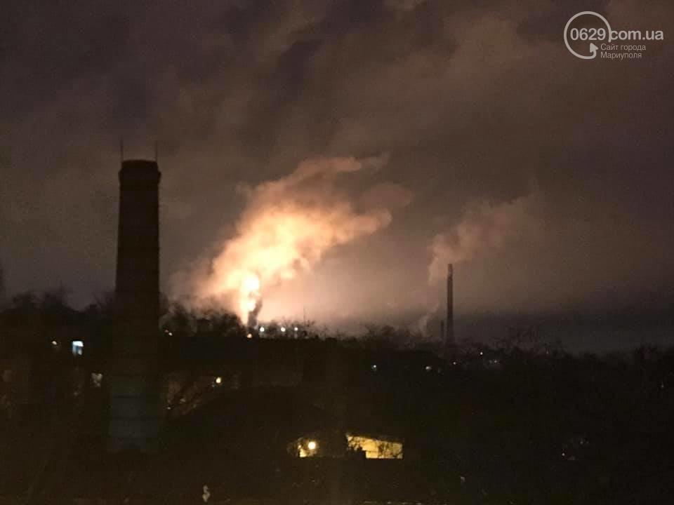 """У """"Метінвесті"""" зазначили, що заграва в небі над """"Азовсталлю"""" - наслідок звичайного зливу шлаку / фото 0629.com.ua"""