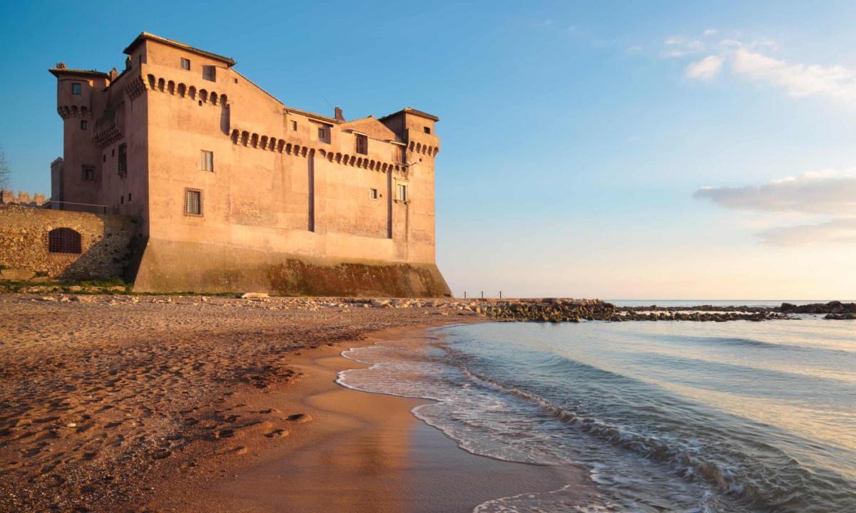 Поблизу замку знаходиться пляж theguardian.com