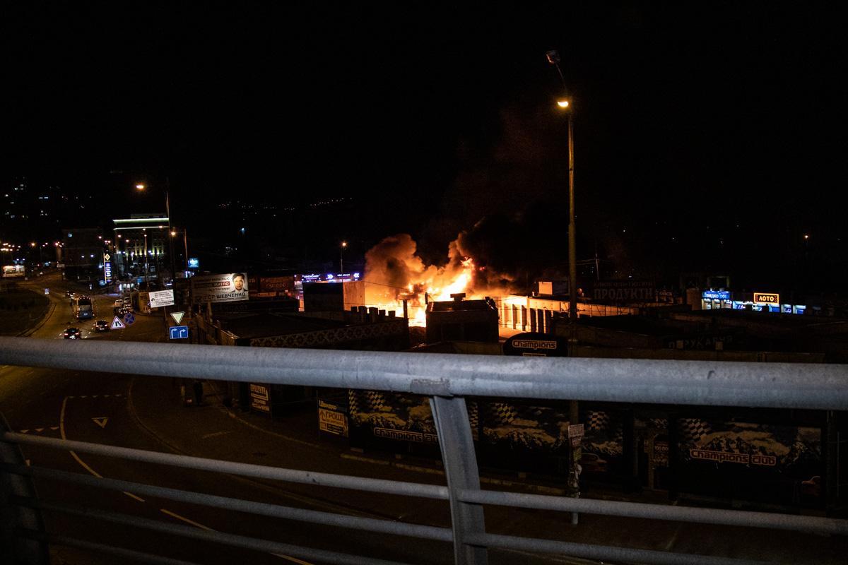На столичном Демеевском рынке вспыхнул пожар / фото Сергей Марченко / Информатор