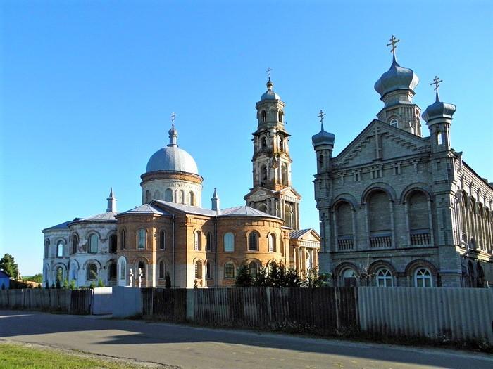 Свято-Николаевский храм возведен в 1885 году / фото andy-travel.com.ua