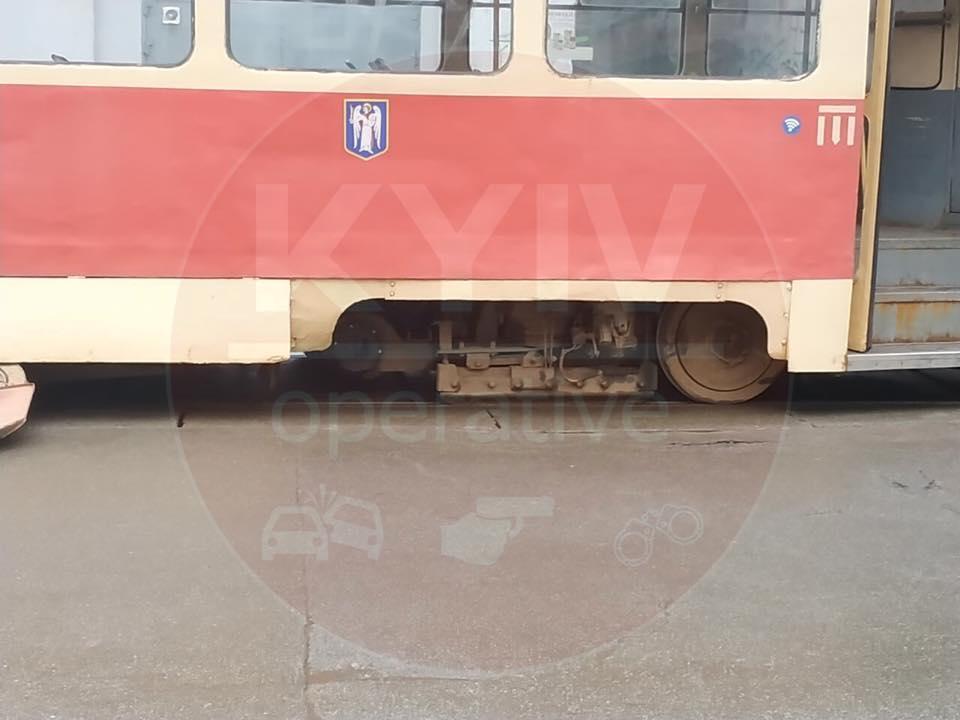 В Киеве у трамвая отвалилось колесо / фото Киев оперативный