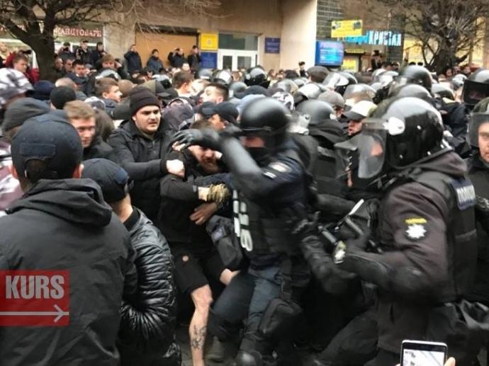 Правоохоронці взяли пікетувальників у кільце / фото КУРС