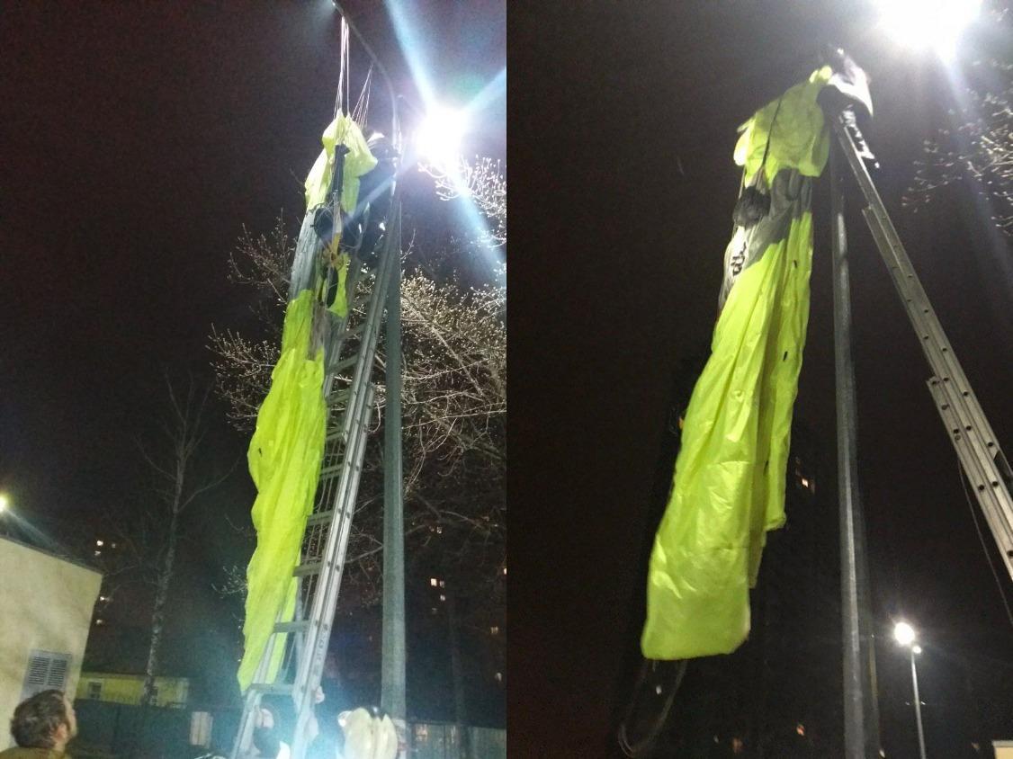 В Киеве парашютист повис на столбе после прыжка с многоэтажки / фото Информатор