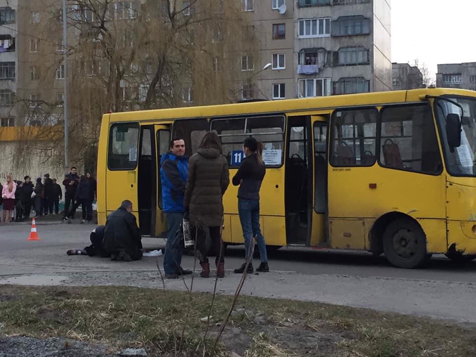 Дитина потрапила під задні колеса маршрутного таксі / фото Ігор Зінкевич, facebook