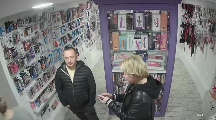 Видео кражи опубликовали работники интим-бутика / скриншот